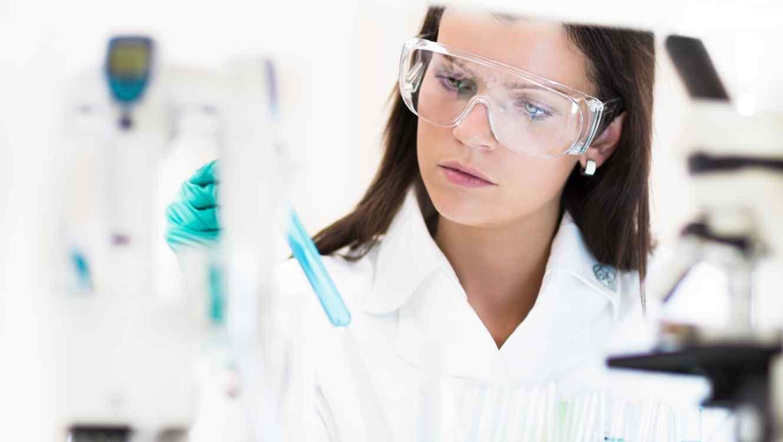 Joven científica en el laboratorio