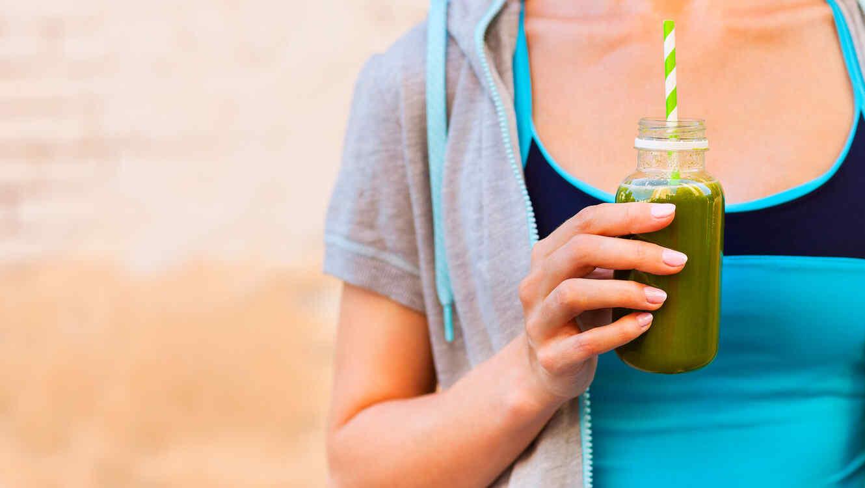 Mujer tomando un batido con algas