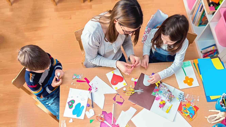 Niños realizando manualidades en una mesa