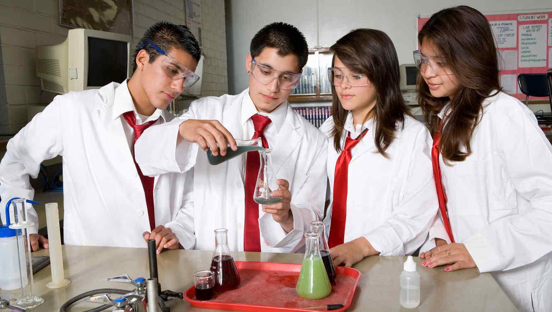 Alumnos de secundario realizan experimento en laboratorio