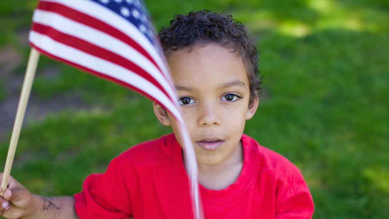 Niño pequeño con bandera de Estados Unidos