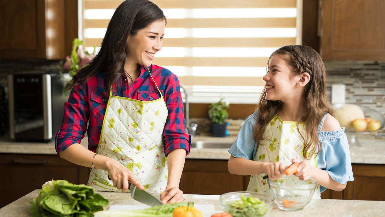 Madre e hija hacen ensalada