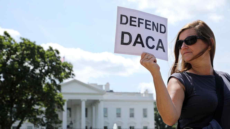 Mujer protestando a favor de DACA