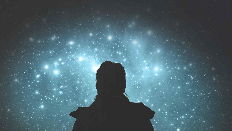 Persona mirando las estrellas
