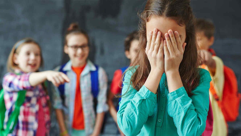 Niña víctima del bullying llorando