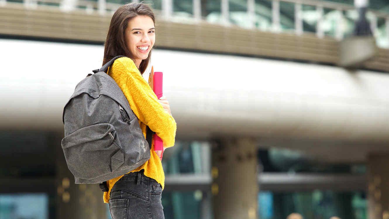 Estudiante secundario sonríe