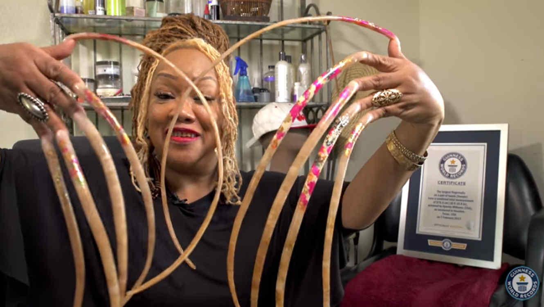 Mujer gana récord Guinnes por tener las uñas más largas del mundo ...