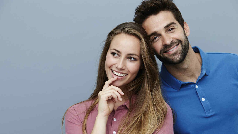 Retrato de un hombre y una mujer sonriendo