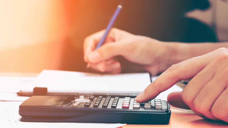 Persona usando una calculadora