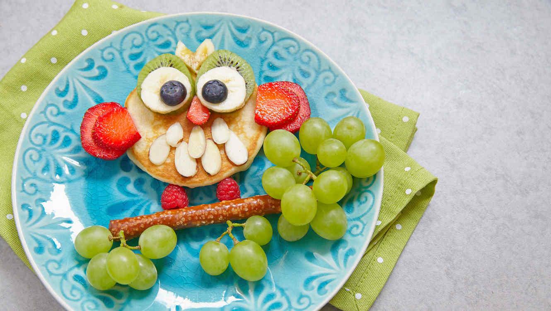 Buho formado con frutas nutritivas