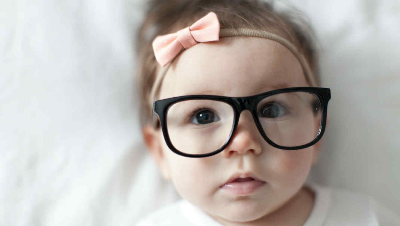 Bebé niña con lentes