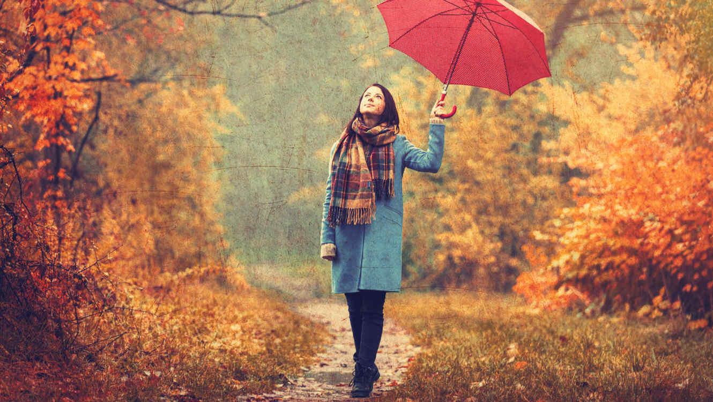 Mujer daño un paseo en otoño