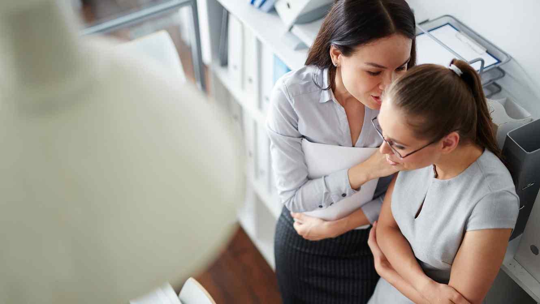 Dos mujeres hablando en la oficina