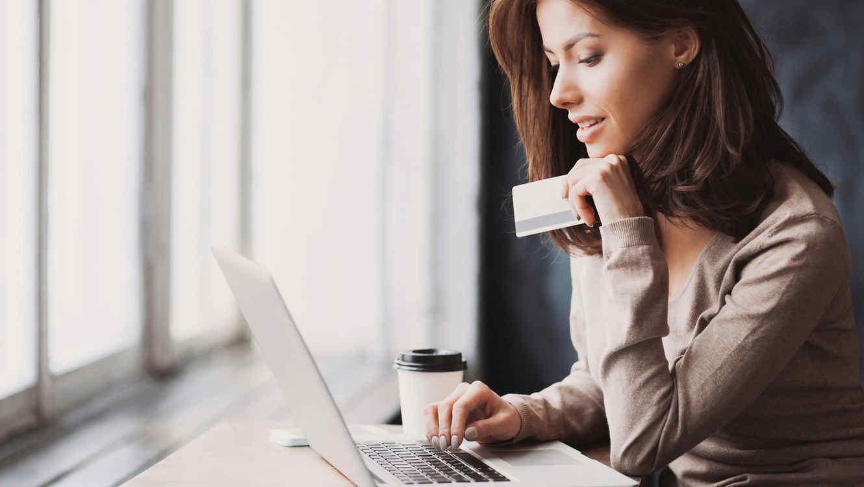 Mujer joven frente a su computadora