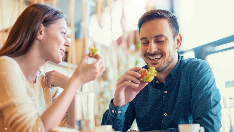 Pareja comiendo en un cafetería