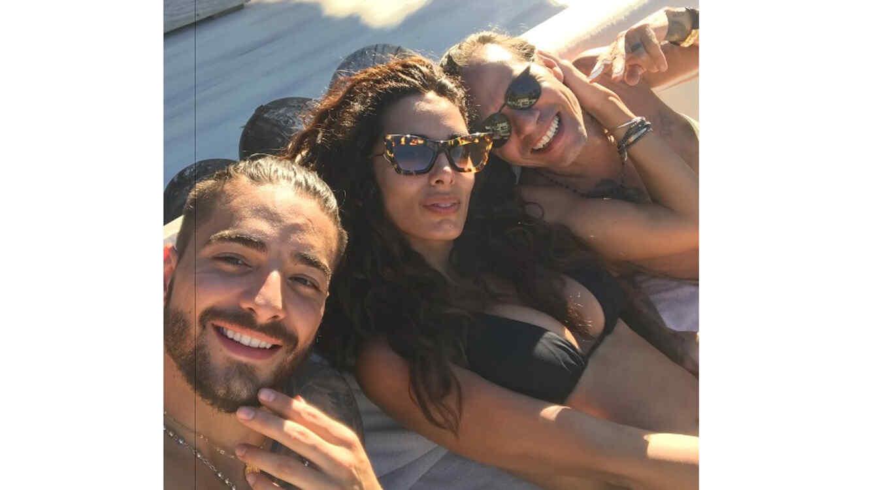 Maluma posando con Raffaella Modugno y Marc Anthony