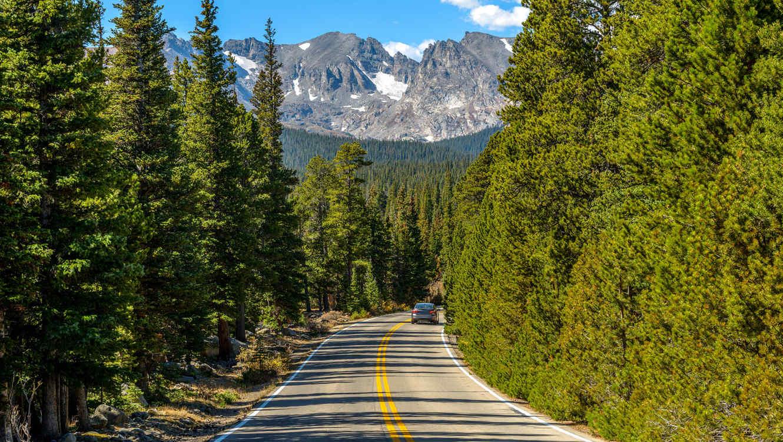 Coche en una carretera montañosa