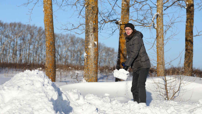 Hombre removiendo nieve