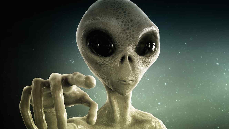 Extraterrestre con cielo nocturno detrás