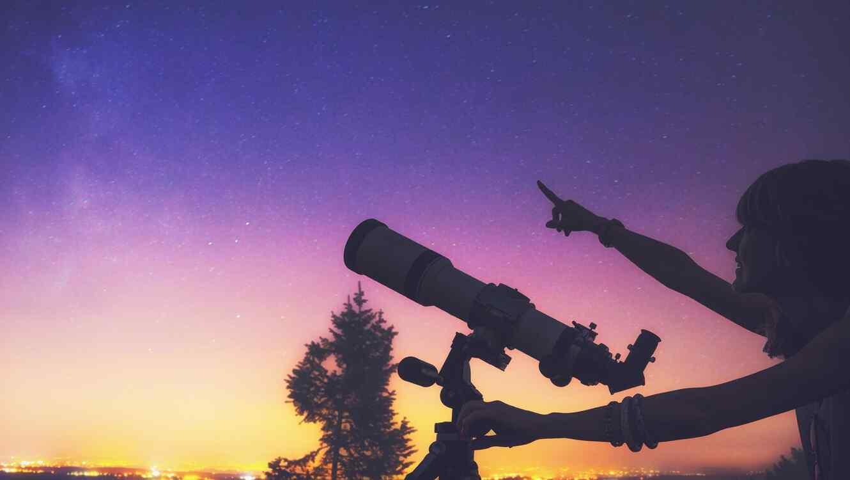 Mujer mirando el cielo nocturno