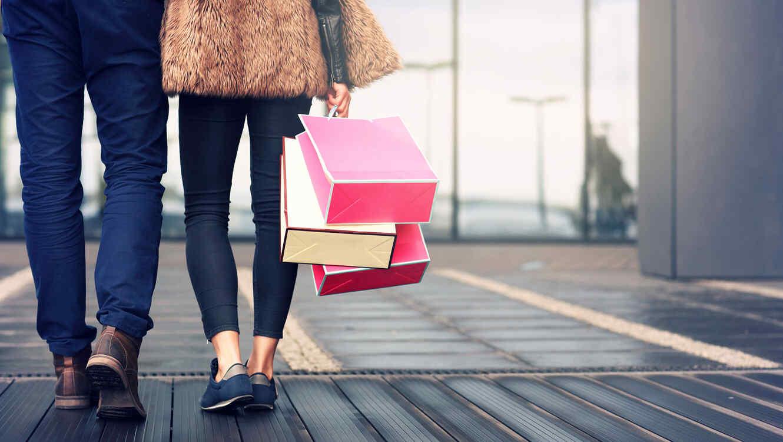 Pareja con bolsas de shopping