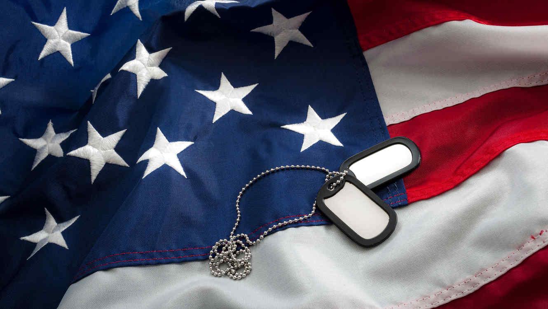 Bandera de EEUU con placas de identificación militares