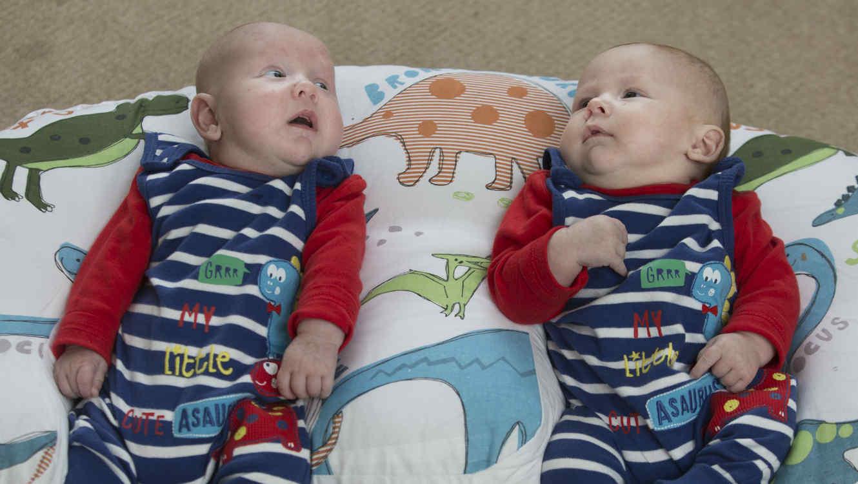 Estos gemelos pesaron juntos casi 16 libras al nacer y