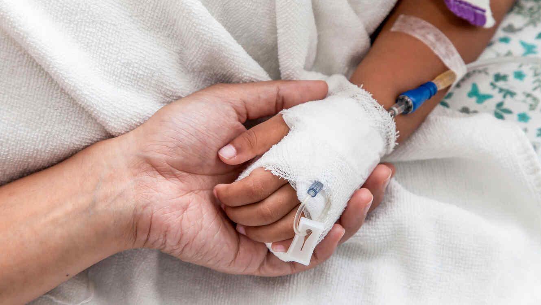 Mano de niño en hospital