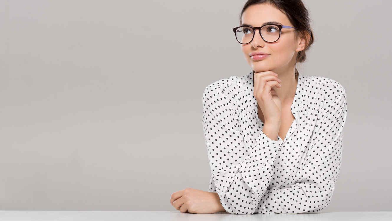 Mujer con gafas pensando