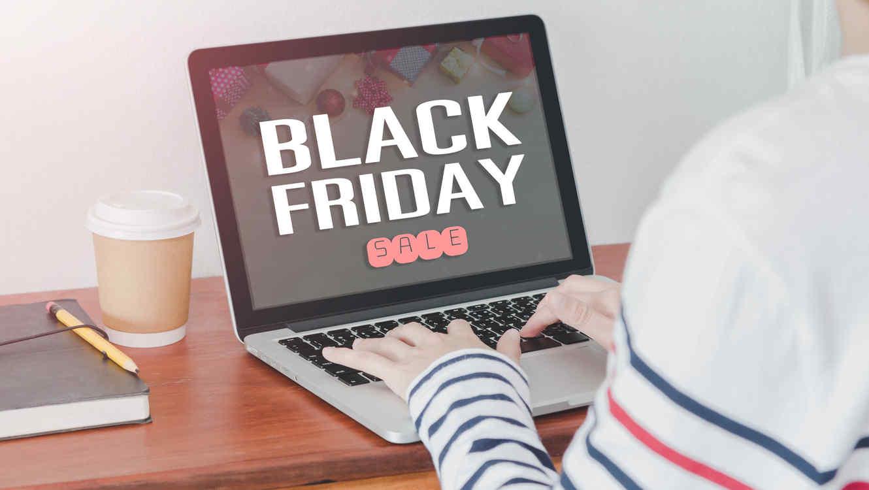 Mujer usando una laptop en Black Friday