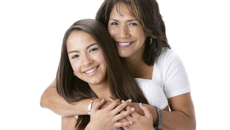 Madre e hija hispanas abrazadas