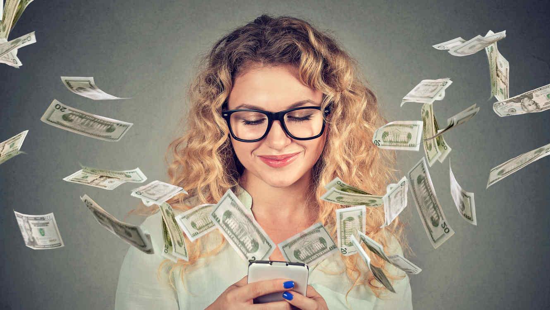 Mujer con dólares y celular