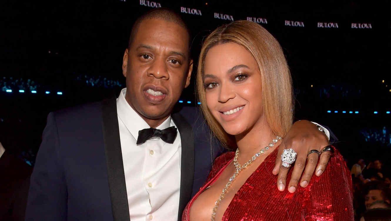 Jay-Z abrazando a Beyoncé