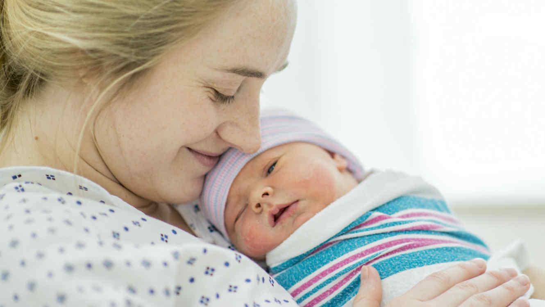 Mamá sosteniendo a su bebé