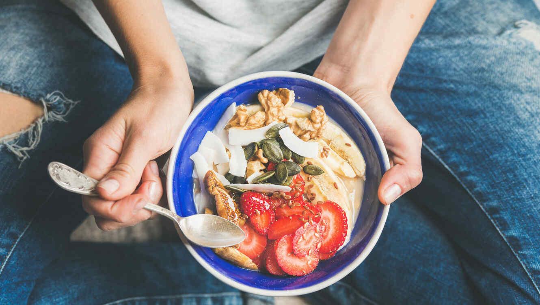 Mujer con plato saludable