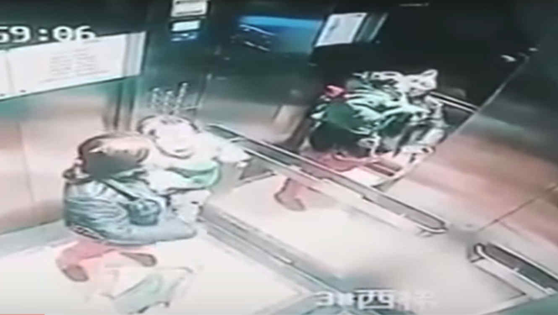 Una niñera enciende a puños a una menor dentro de un ascensor