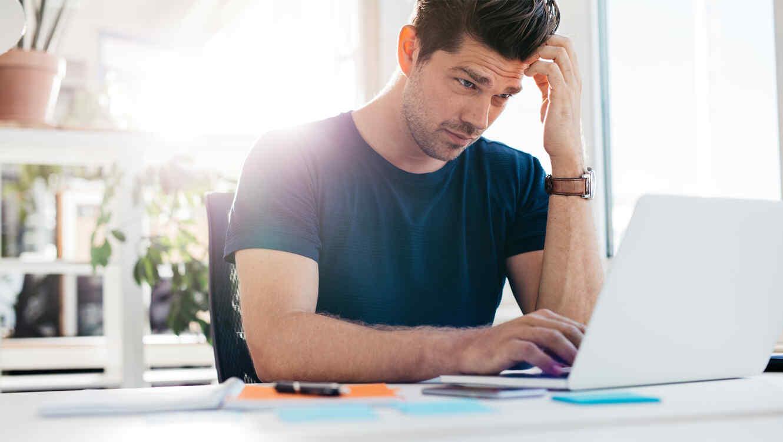 Hombre preocupado frente a un ordenador
