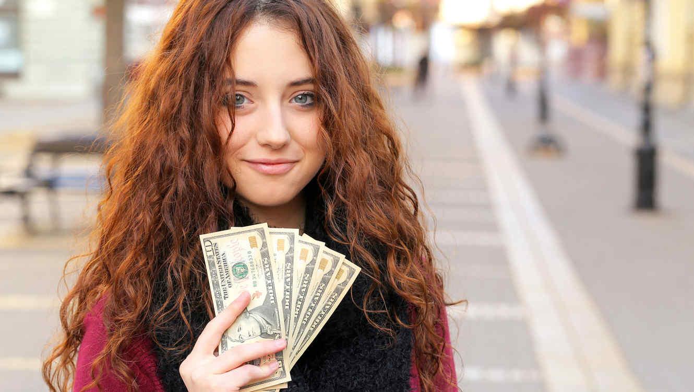 Joven con dólares