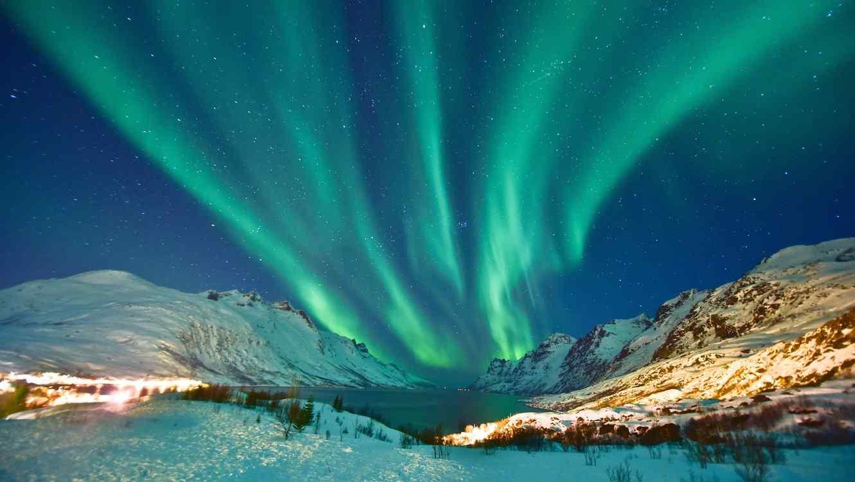 Aurora boreal en cielo estrellado
