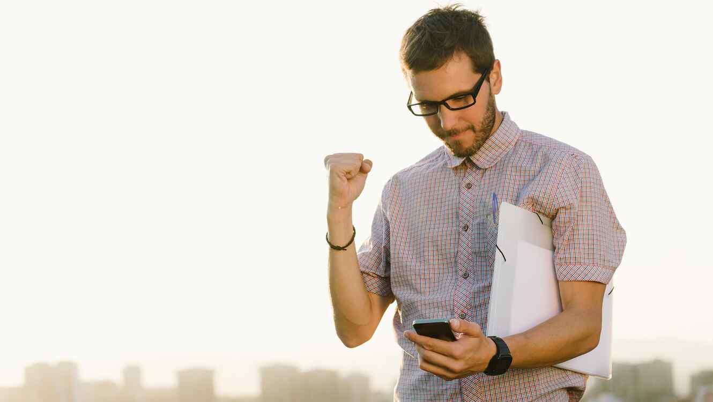 Hombre usando smartphone