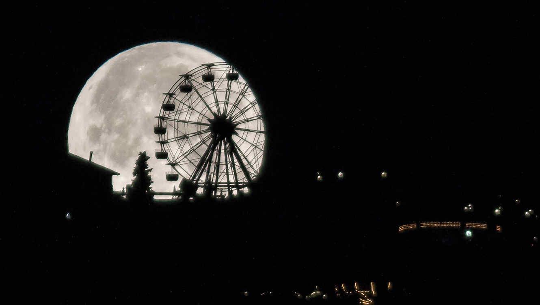 Superluna enero 2018, sobre el parque Tibidabo en Barcelona, España