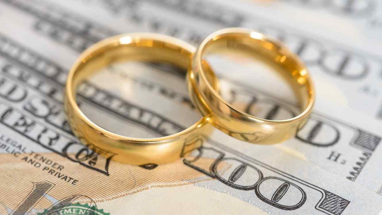 Anillos de casamiento sobre dólares