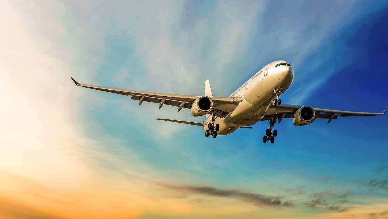 Avión volando con cielo de fondo
