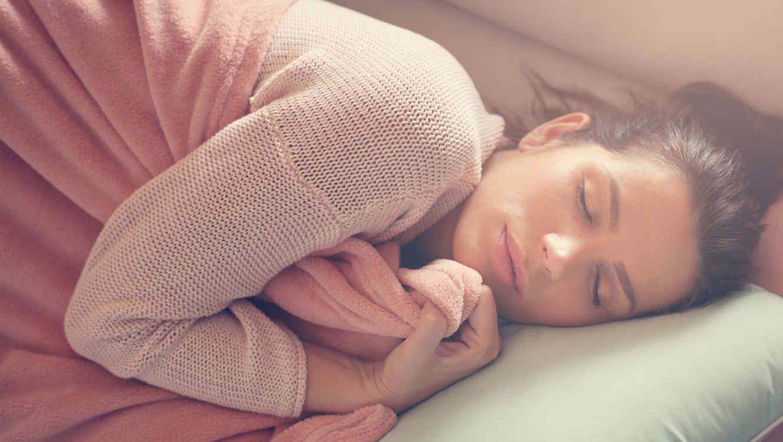 Mujer joven durmiendo