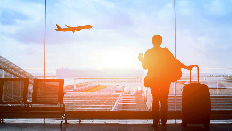 Mujer con maleta en el aeropuerto