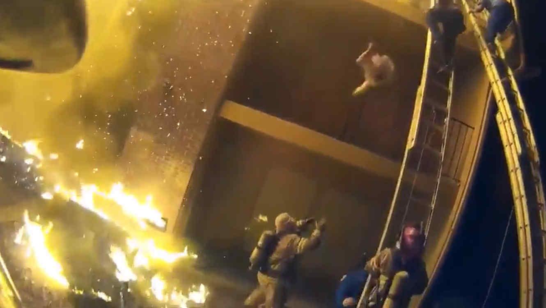 Bombero rescata a una niña de un edificio en llamas