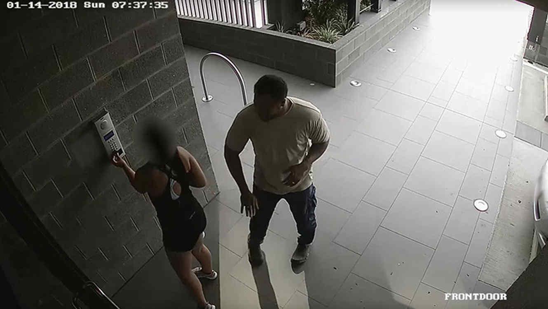 Hombre le toca la nalga a una mujer (VIDEO)