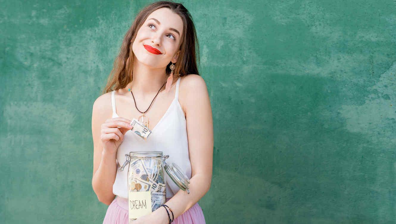 Mujer joven ahorrando