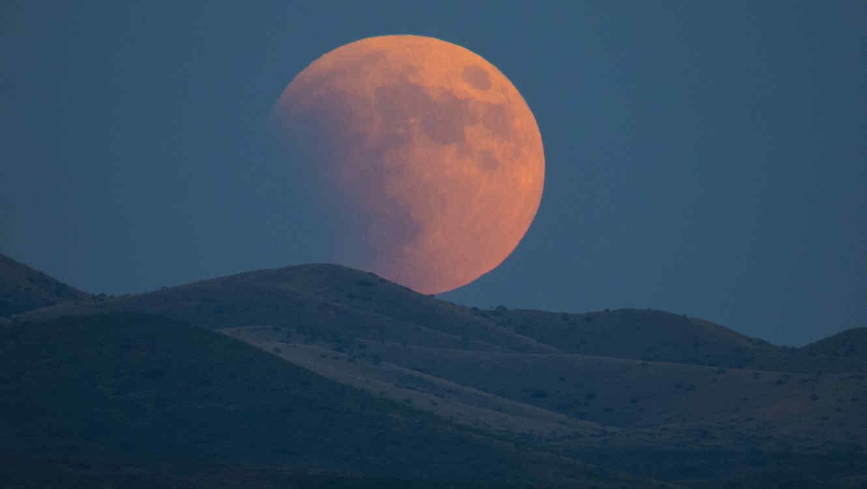 Luna llena durante el comienzo de un eclipse
