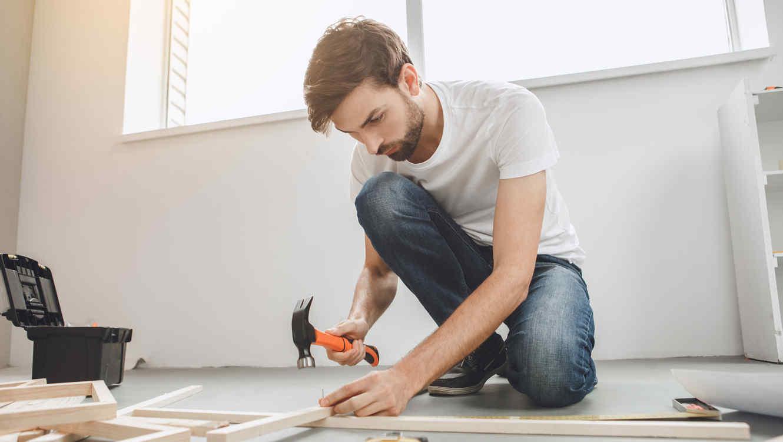 Hombre haciendo reparaciones en su hogar